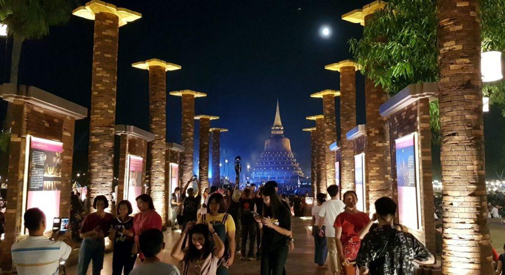sfeervol verlichte tempels in Sukhothai